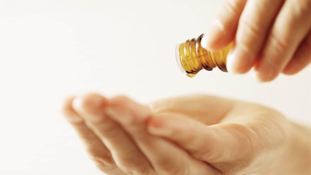 Cómo aplicar los aceites esenciales para los chakras