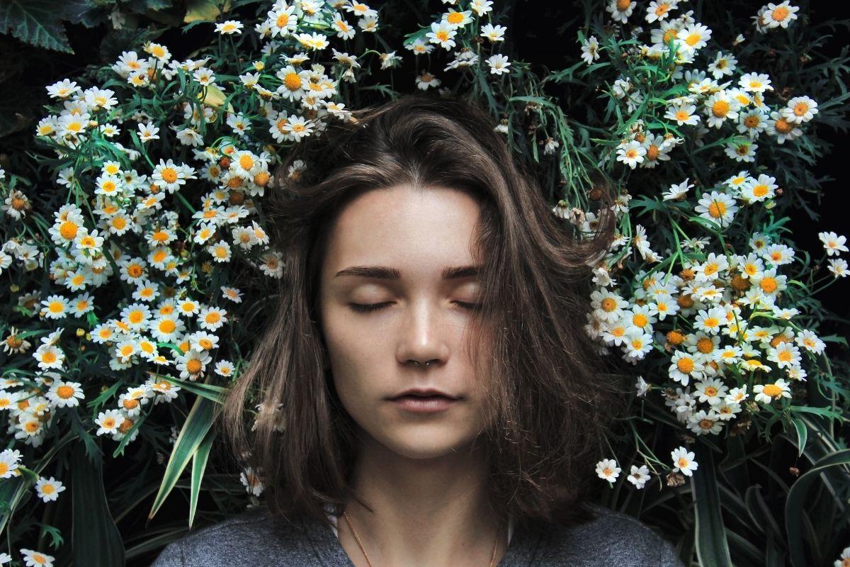 mujer durmiendo con flores
