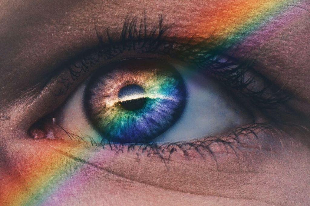 Cerca del ojo de la mujer con arco iris