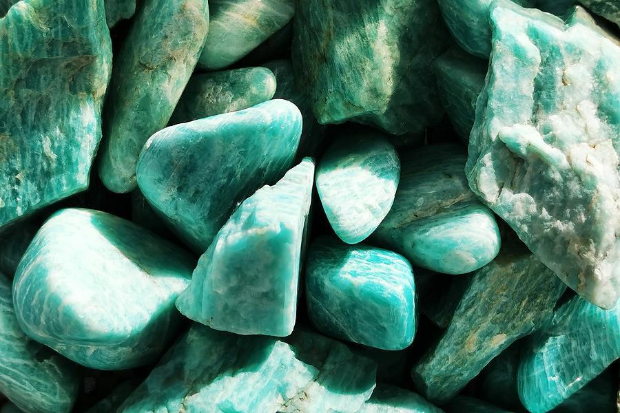colección de piedras de amazonita en la luz del sol