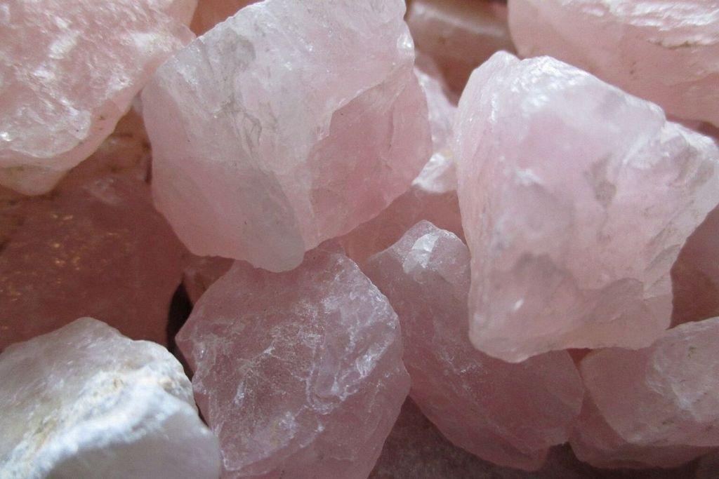 colección de cristales de cuarzo rosa en bruto
