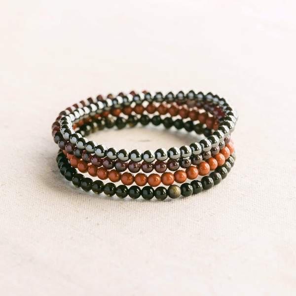 conjunto de pulseras de piedras preciosas para el chakra raíz