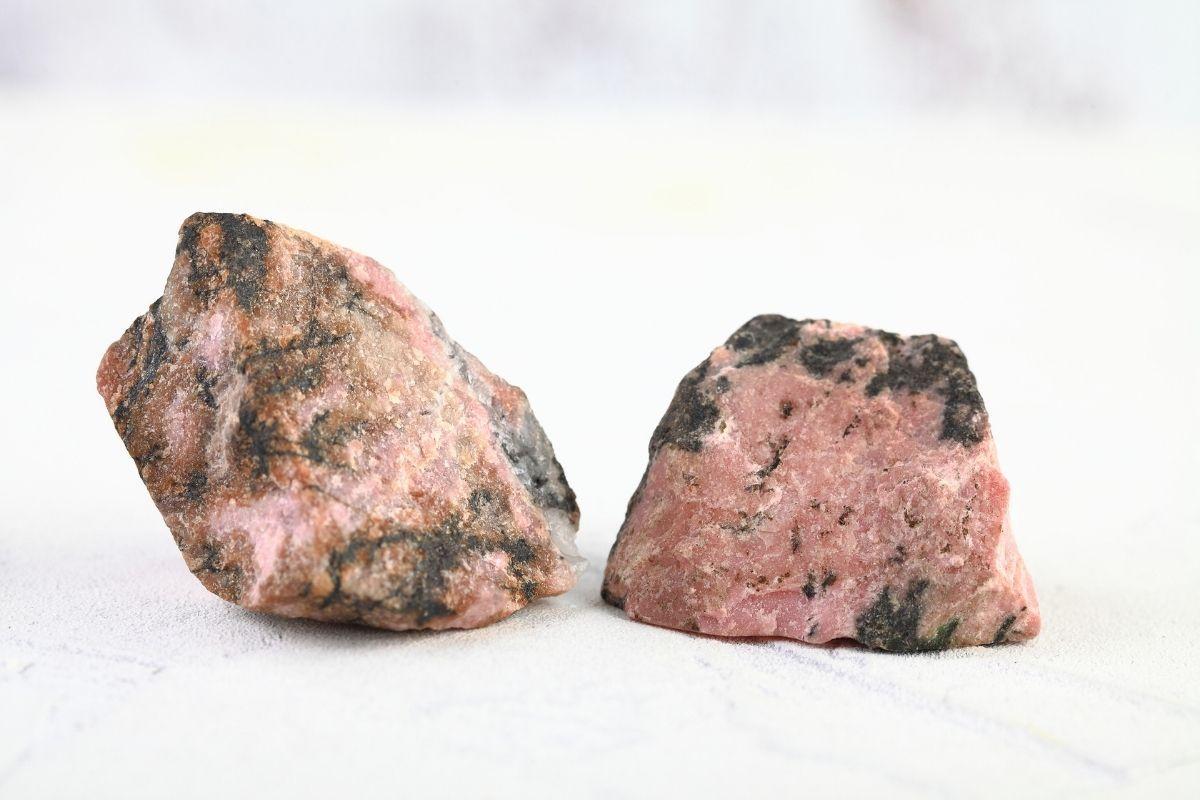 Piedras de rodonita crudas