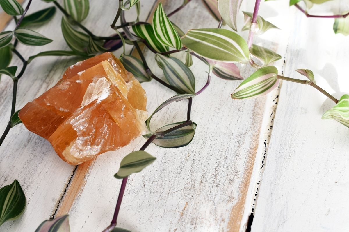 Piedra de calcita naranja y vides