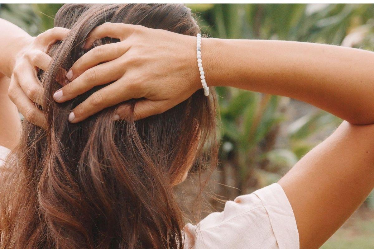 Mujer vistiendo pulsera de howlita