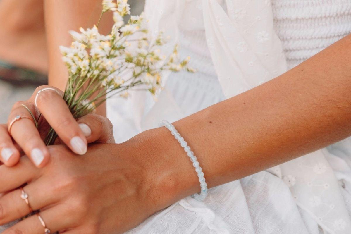 Mujer vistiendo Angelite pulsera