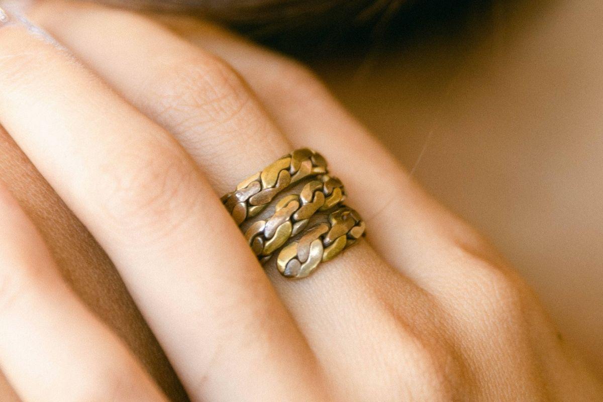 Mujer, llevando, anillo de cobre