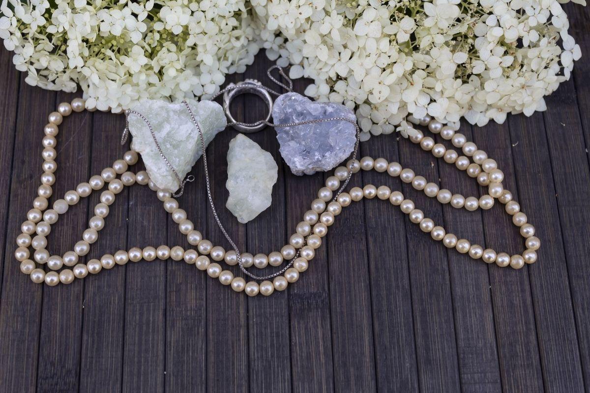 Celestita y perlas en mesa