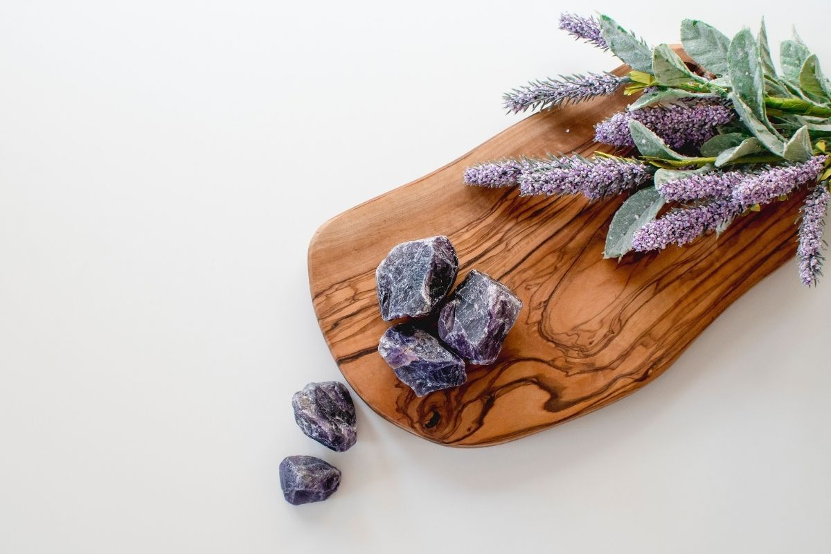 piedras preciosas moradas y flores moradas