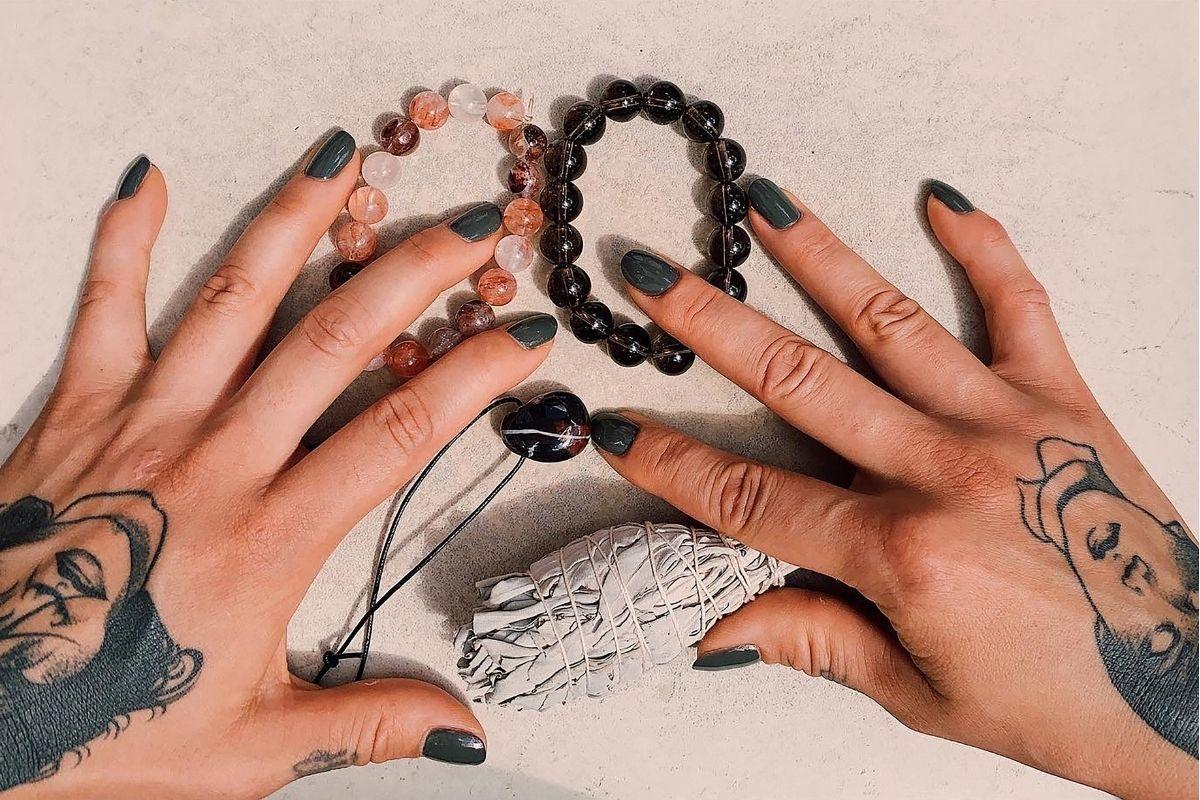 manos de mujer con pulseras de piedras preciosas