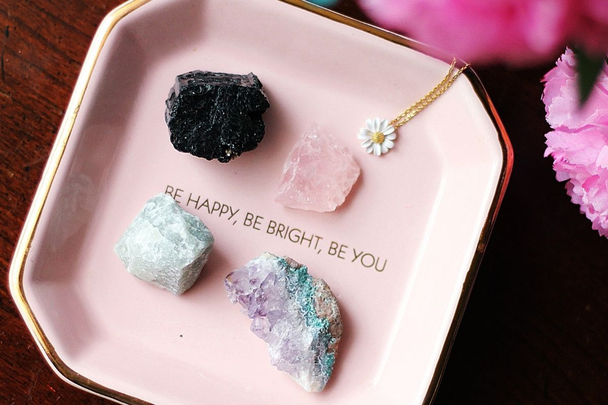 cuatro piedras preciosas en un plato rosa