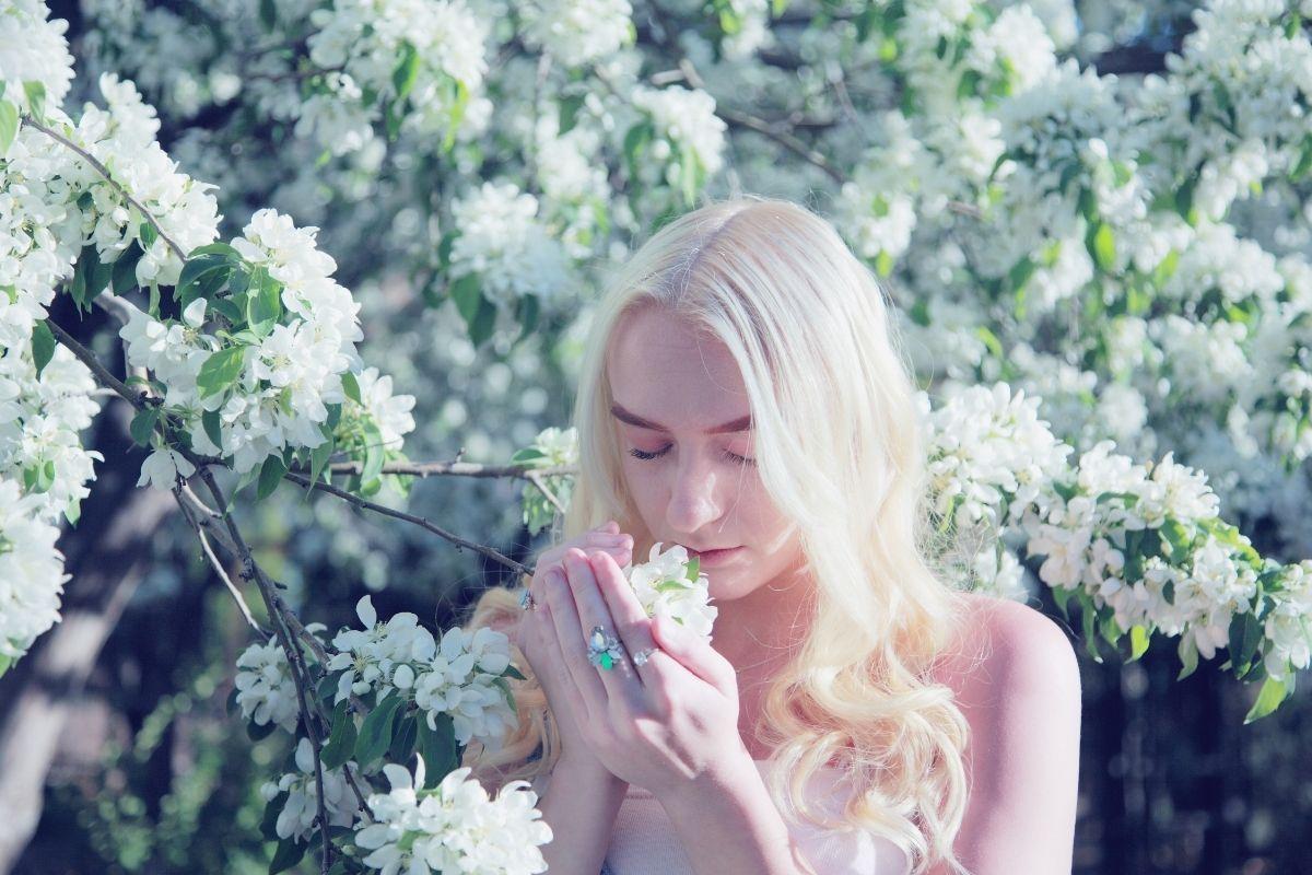 mujer sosteniendo flor