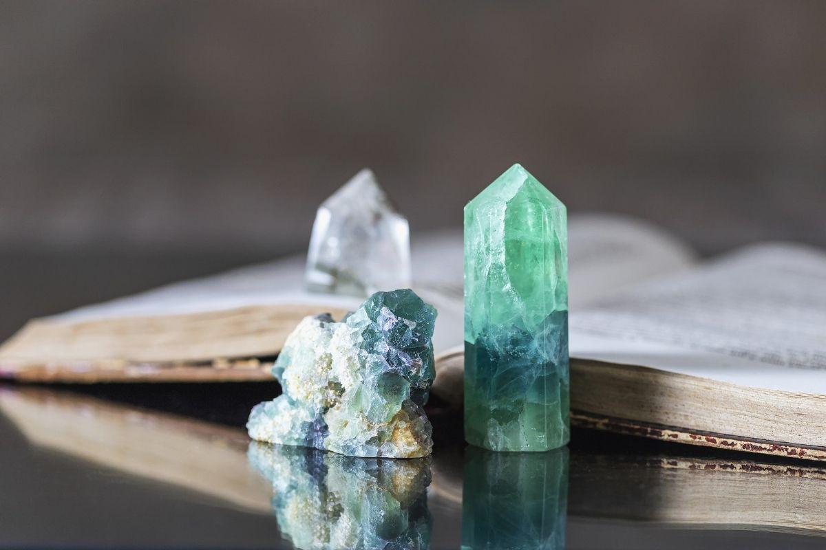 Cristales junto a un libro