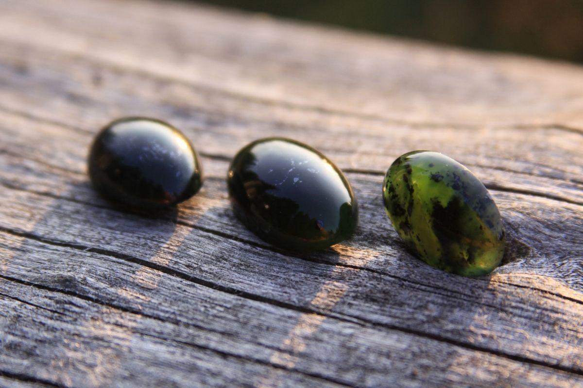 Jade y otras piedras sobre madera al sol