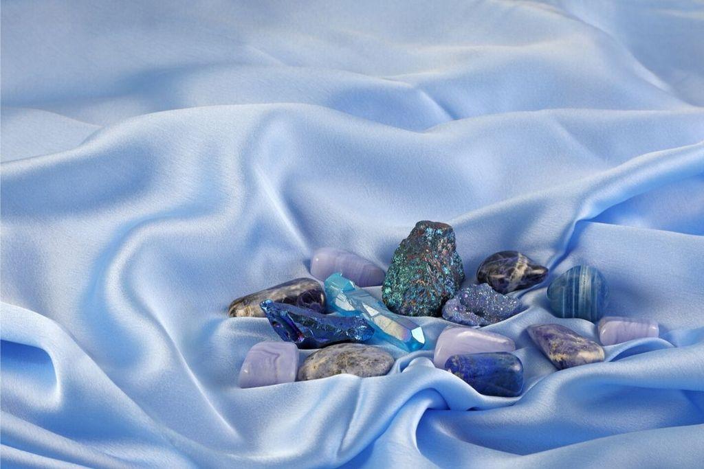 colección de piedras que incluyen sodalita sobre seda azul
