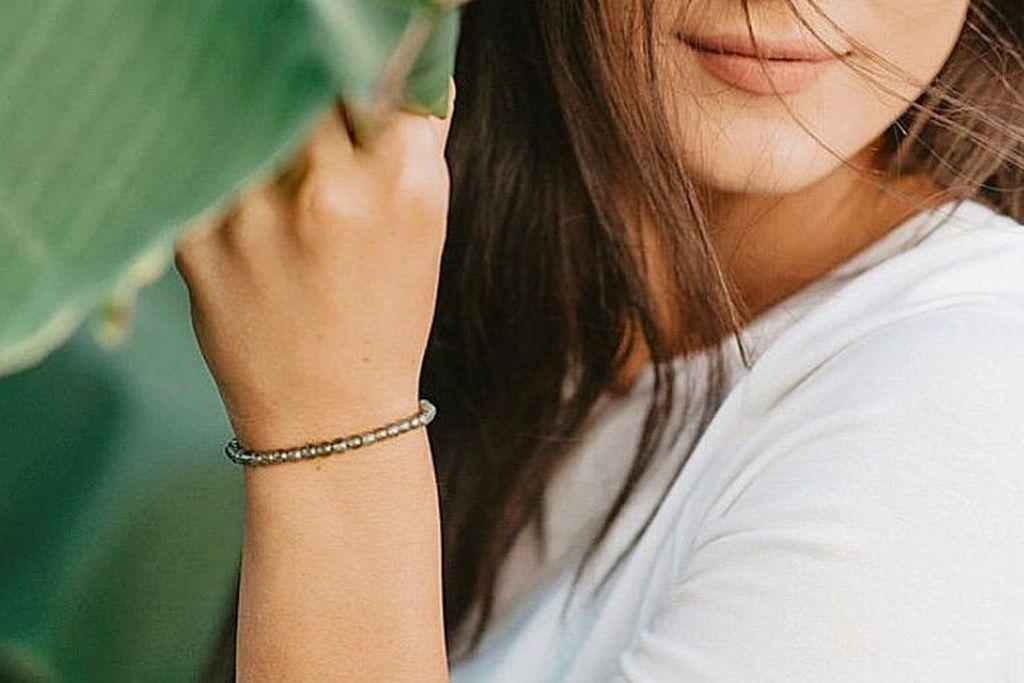 mujer, llevando, peridot, piedra preciosa, pulsera