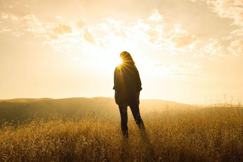 Mujer estar de pie, en, sol