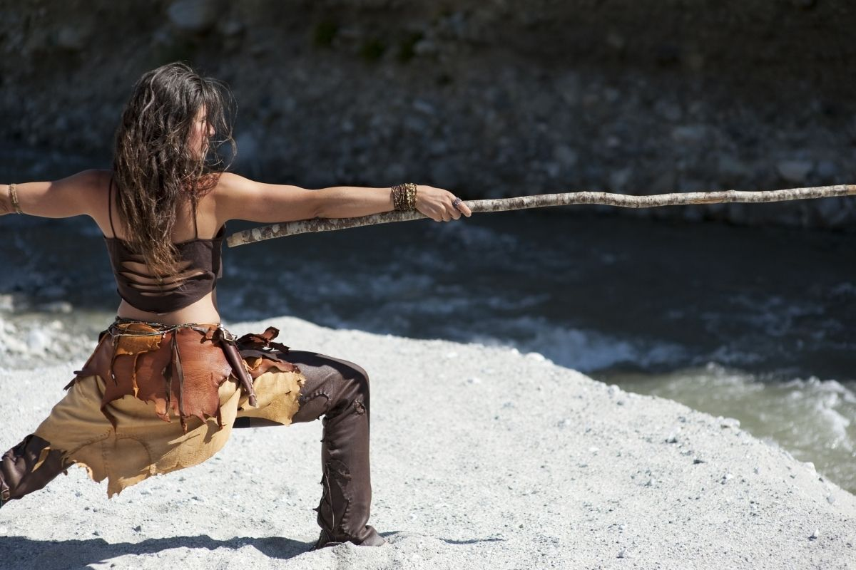 mujer guerrera con palo