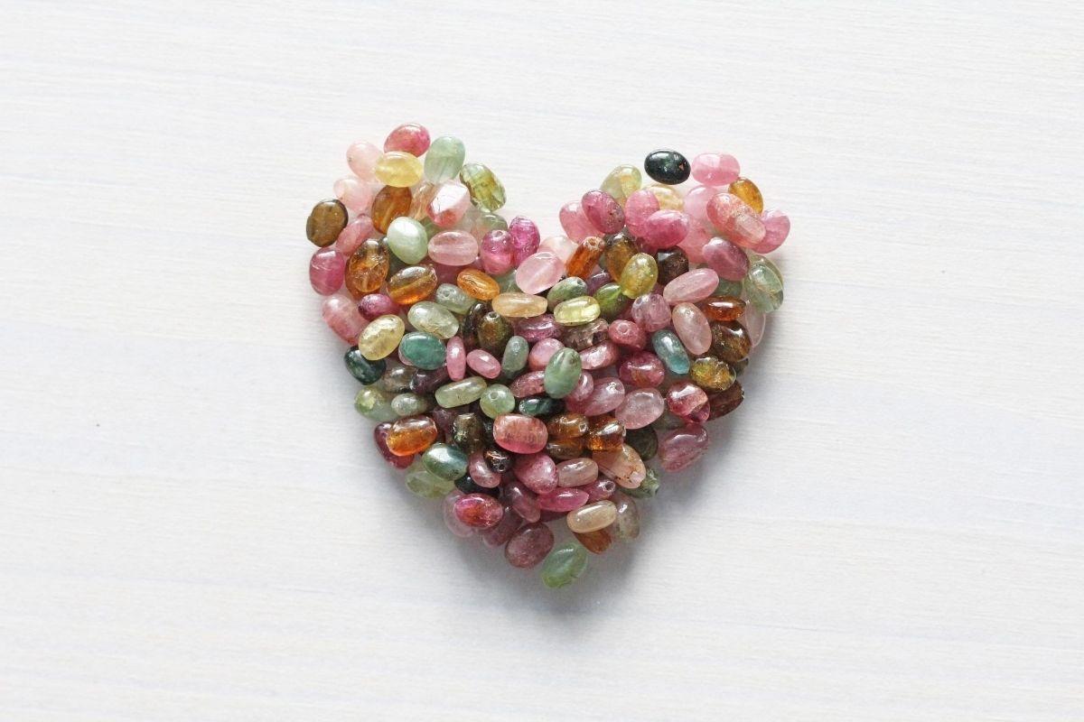 Varias piedras de turmalina en forma de corazón