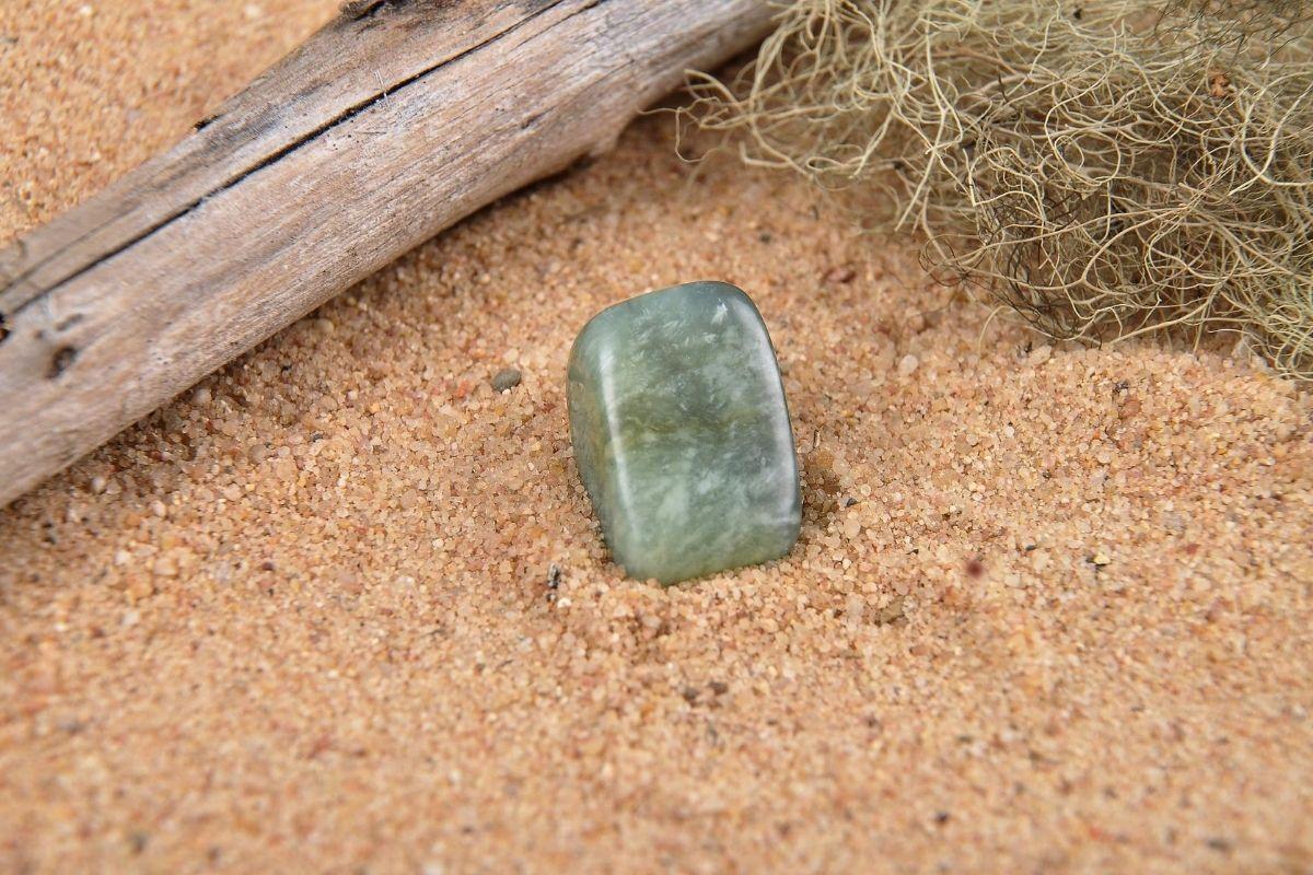 Piedra de ágata musgo sobre arena.