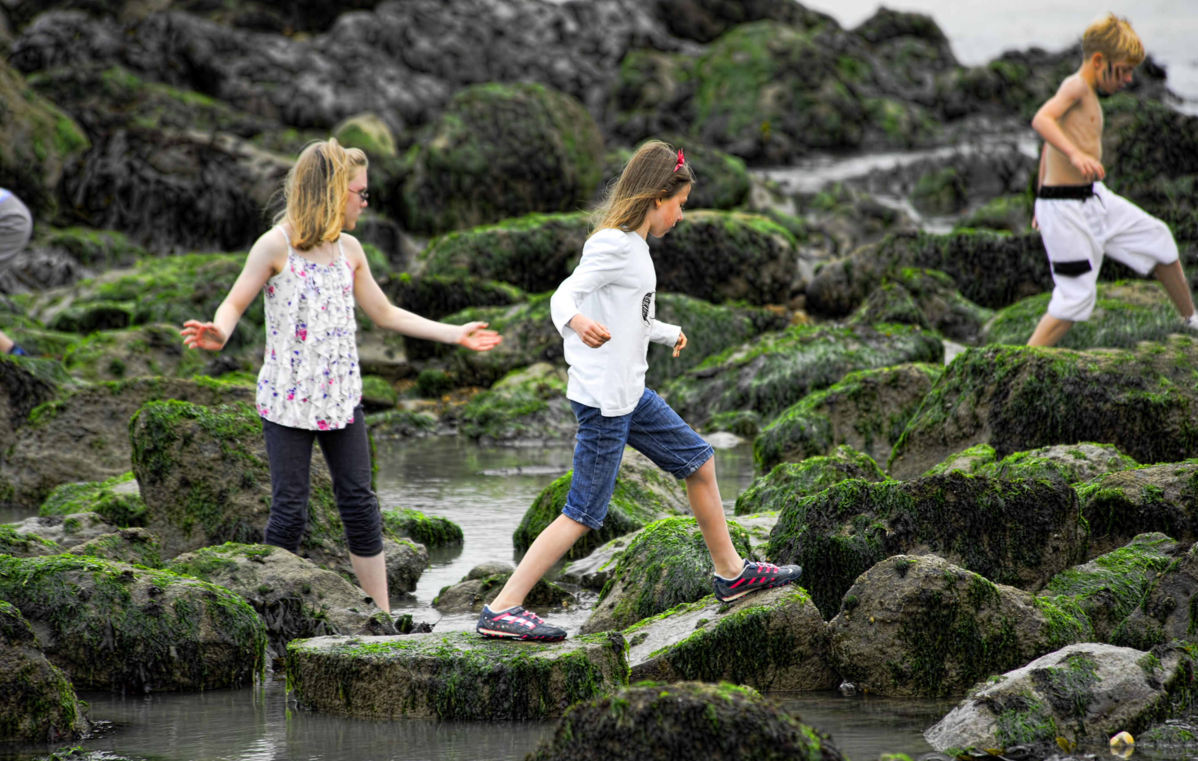 niños trepando por las rocas